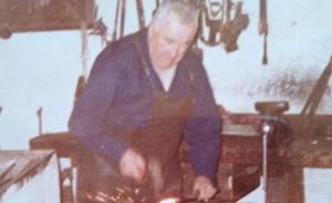 Karl Vierlinger in der Schmiede 1969.
